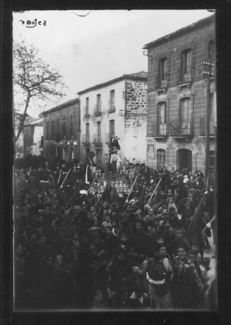Primera procesión de la cofradía por la Calle Obispo Cobos en la tarde del Miércoles Santo de 1926.