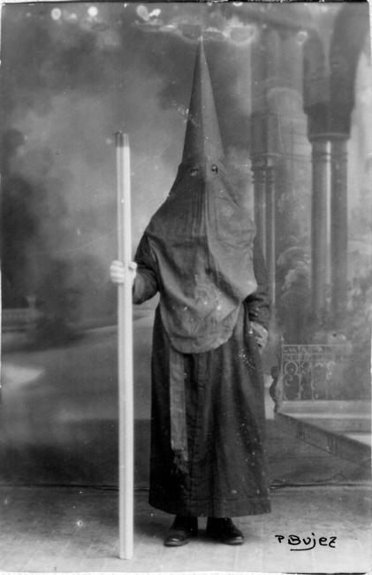 """Fotografía de un penitente de la cofradía que en aquellos años fueron apodados como """"pimientos y tomates"""" debido a los colores de su traje penitencial."""