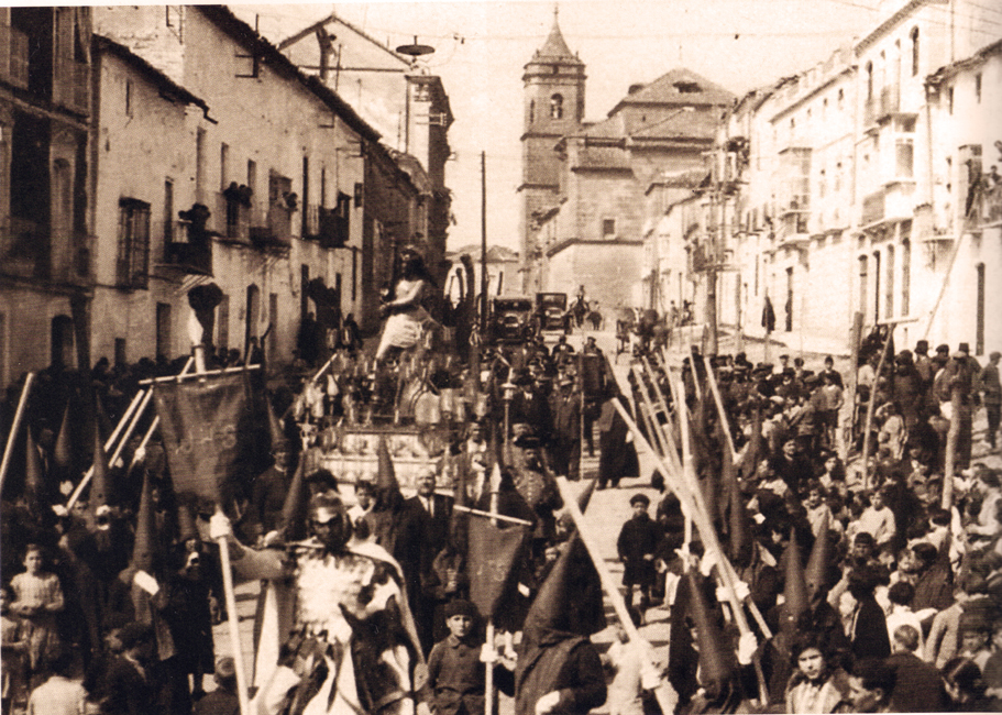 Procesión de la cofradía por la Calle Corredera de San Fernando, el Miércoles Santo de 1929 por la mañana.