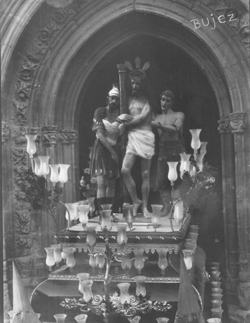 Entre las numerosas novedades que en el año 1930 estrena la cofradía, figura la reforma de la mano del Cristo que ya no bendice al pueblo y la incorporación de los dos sayones que azotan al Señor.