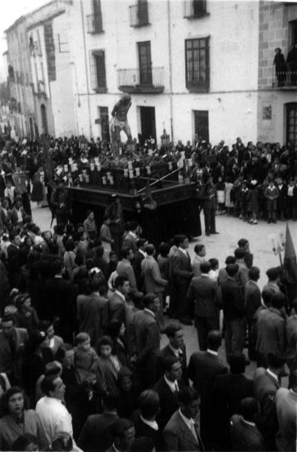 En 1950 se estrenan los dos sayones que acompañan en su trono al Cristo atado a la Columna, conformando así un paso de misterio completo.