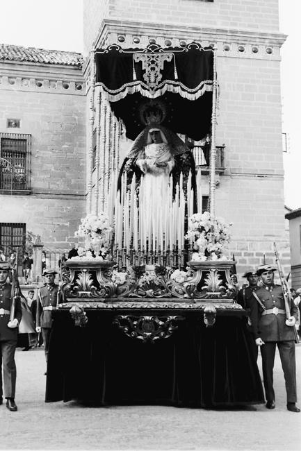 Historia_12: En el año 1966 el trono de la Virgen estrena el nuevo palio con doce varales plateados, una candelería adaptada para ser llevada en el trono y la nueva corona dorada para Nuestra Señora, todo obra de Manuel Seco Velasco de Sevilla.