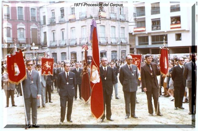 Nuestra cofradía también es representada en la procesión del Corpus Christi a lo largo del tiempo, por las diferentes Juntas Directivas que la han presidido; ésta fotografía es del año 1971.