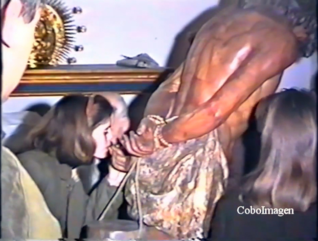En 1993 el Viernes de Dolores se organiza por primera vez un solemne besamanos a la Sagrada Imagen de Nuestro Señor en la Columna, como acto previo a su colocación en el trono procesional; en la actualidad se sigue realizando este acto pero ahora es un besa pie.