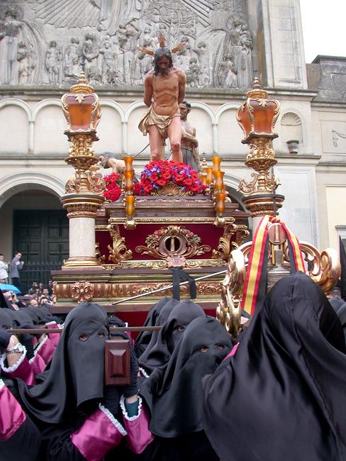 La Semana Santa de 2004 se caracterizó por ser un año especialmente relevante para nuestra Cofradía; el trono de nuestro Señor en la Columna, es llevado por vez primera por portadores.