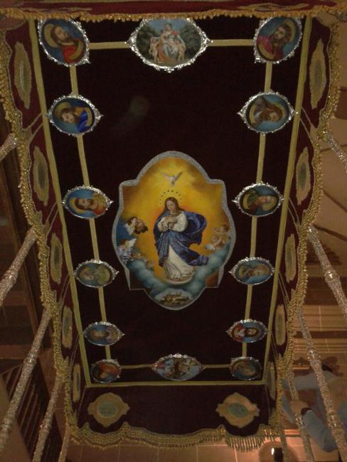 """En el año 2012 el Jueves Santo, el reformado palio del trono de la Virgen estrenaba las pinturas del apostolado y la gloria del techo, elaborados por el taller """"Arte y Restauraciones Moreno""""."""