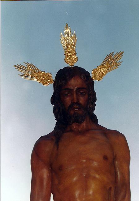 en el año 2000 y con motivo del 75º Aniversario de la fundación de la Cofradía, se le regala al Cristo un juego de potencias de plata chapadas en oro de cuatro micras de espesor obra de Joaquín Ossorio de Sevilla