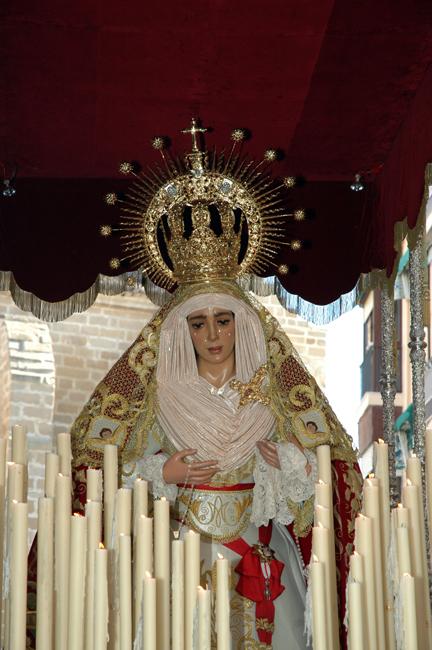 en el año 2006, María Stma. de la Caridad es vestida por un vestidor profesional cordobés, D. Antonio Villar Moreno